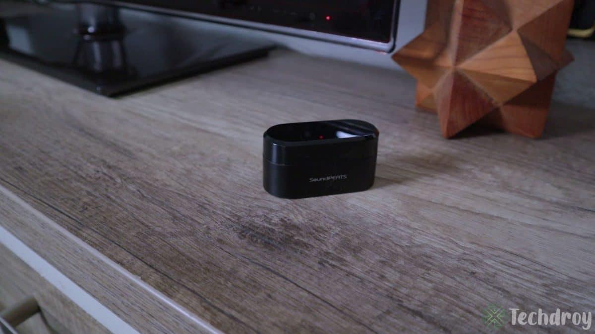 Caja SoundPeats Truengine encima de una mesa