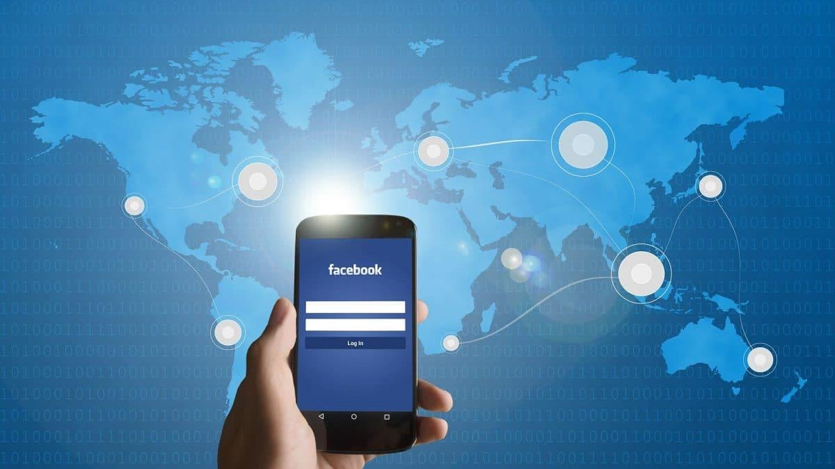 Facebook en un smartphone mundialmente conectado