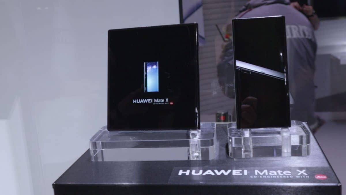 Huawei-Mate-X-diseño-en-vitrina