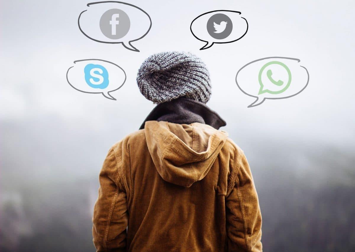 Humano pensando en redes sociales