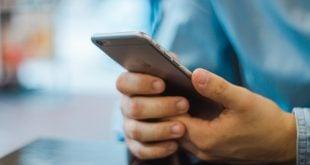 Usuarios utilizando un iPhone de Apple (2)