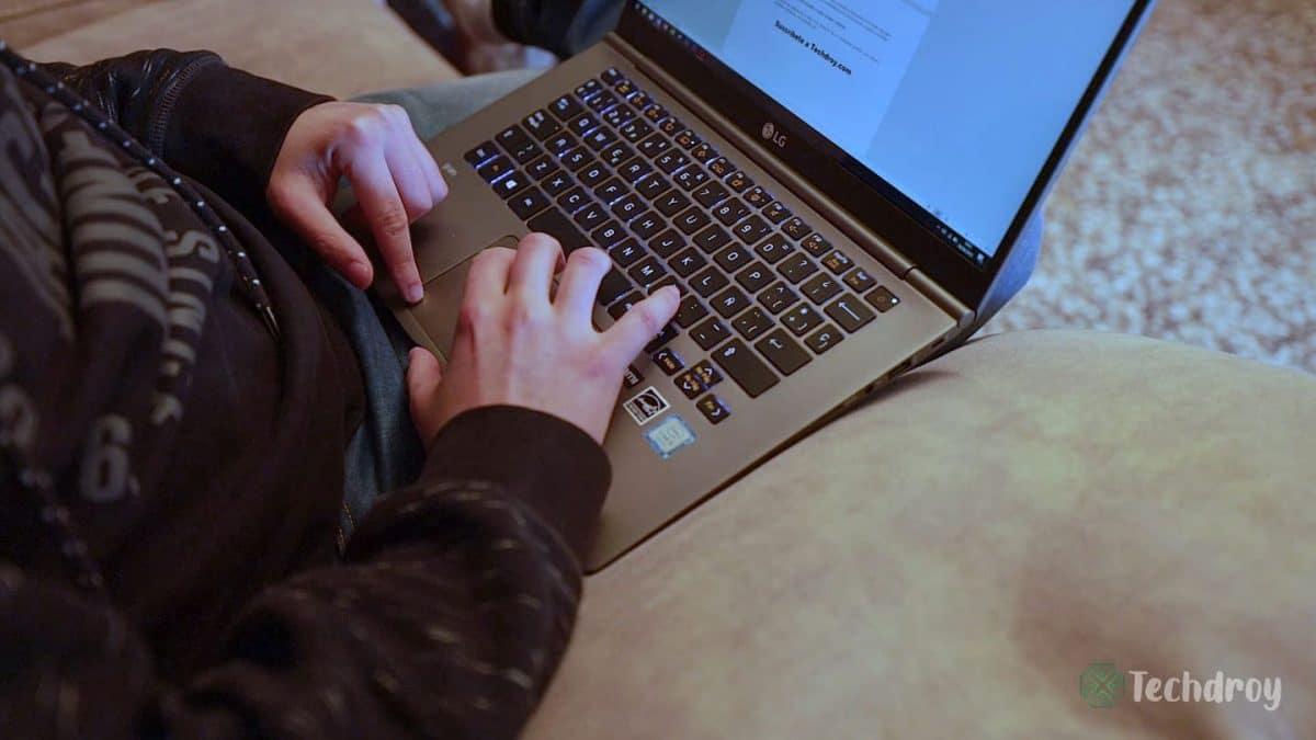 LG-Gram-escribiendo-Techdroy
