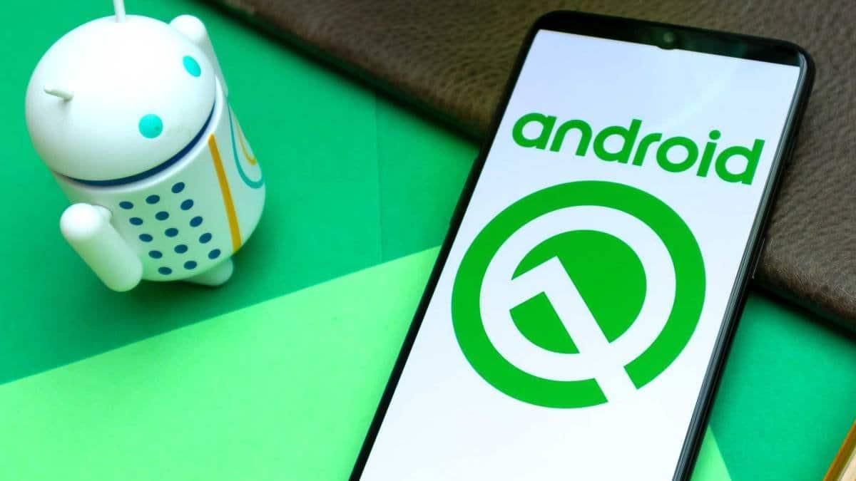 Android-Q-smartphone-y-muñeco