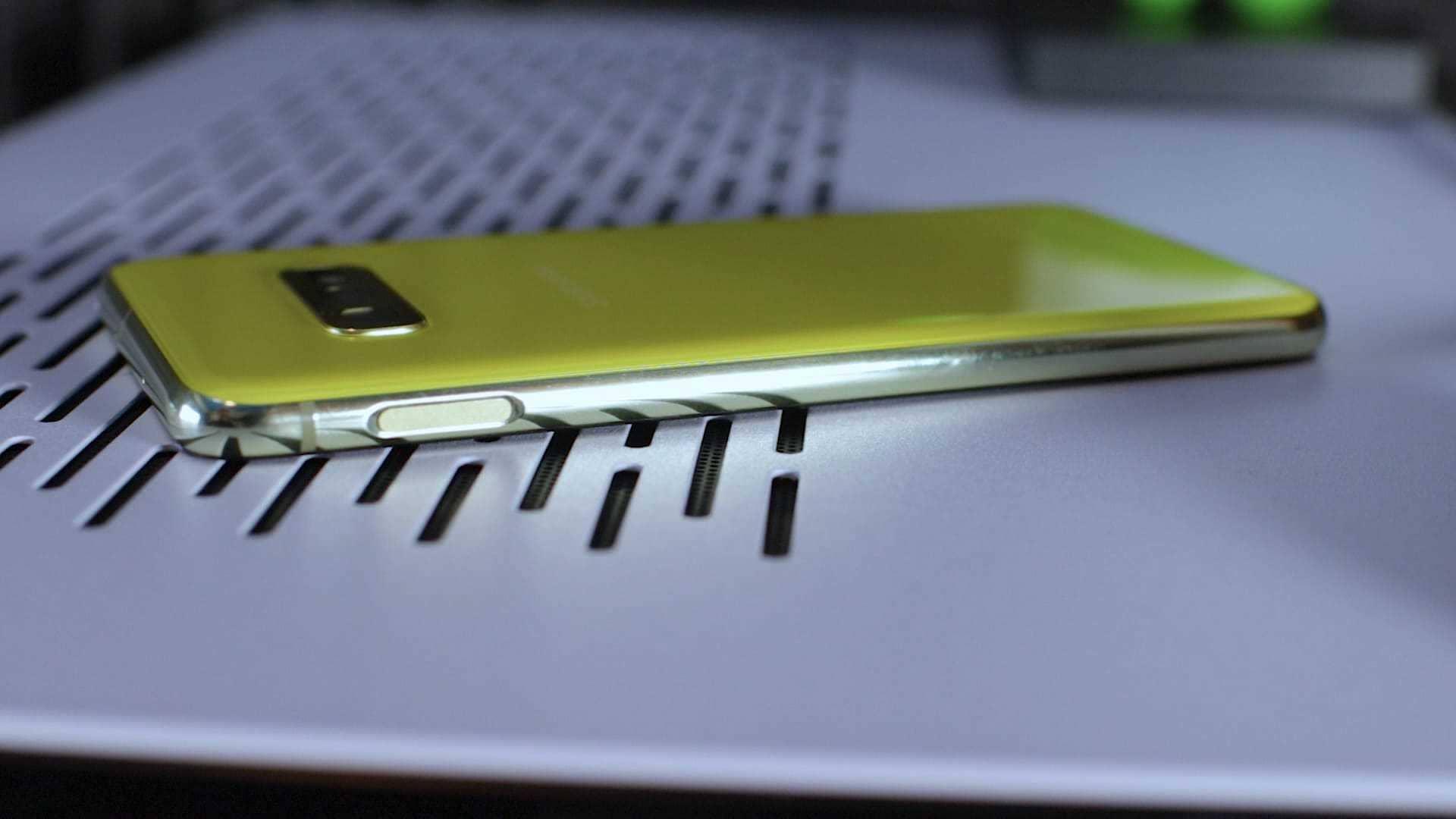 Samsung-Galaxy-S10e-lateral-derecho
