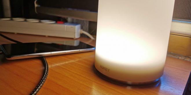lámpara-de-noche-táctil-de-Aukey-luz-blanca-calido
