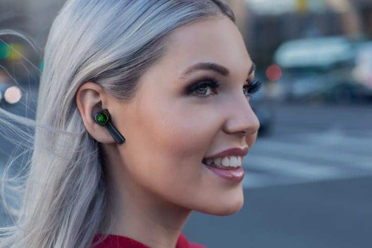 chica-Razer-Hammerhead-True-Wireless