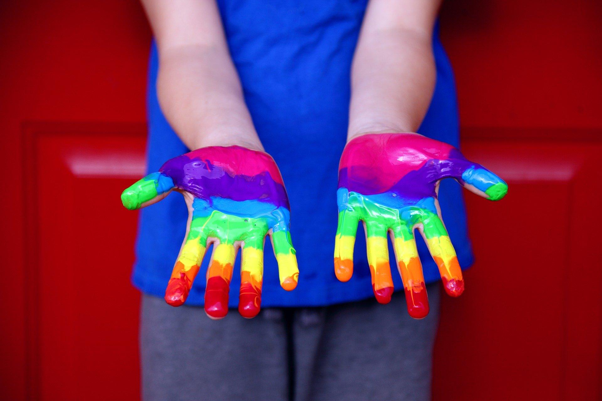 derechos-humanos-lgbtiq-orgullo-manos-pintadas