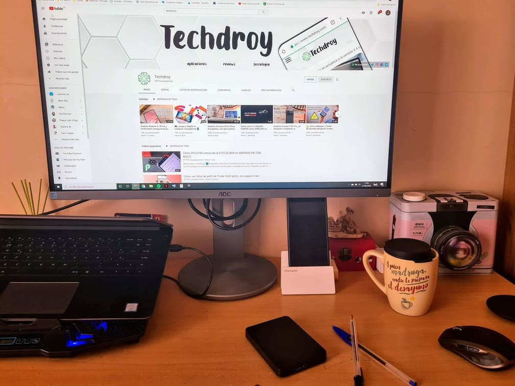 monitor-AOC-U2790PQU-sobre-un-escritorio