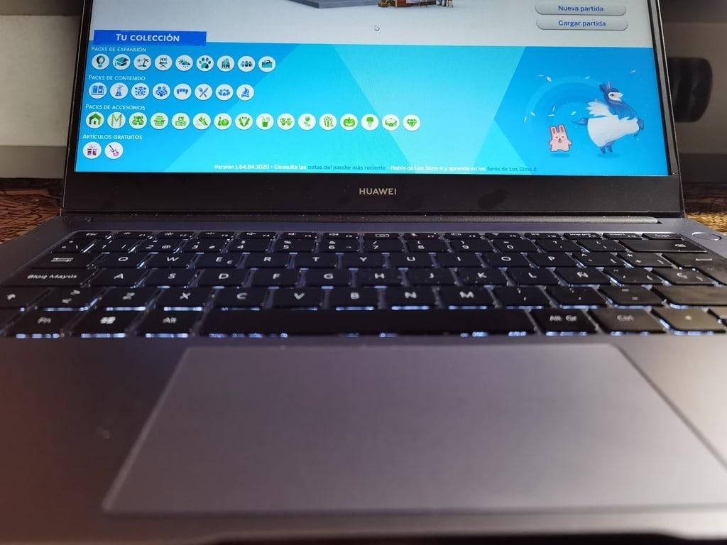 huawei-matebook-d14-2019-amd-jugando-los-sims-4-primer-plano-teclado-trackpad
