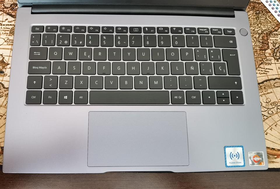 huawei-matebook-d14-2019-amd-primer-plano-teclado-trackpad