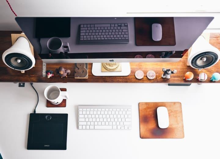 escritorio-imac-apple-magic-keyboard-mouse-teclado-raton-zona-de-trabajo-estudio-decoracion