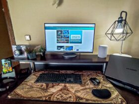 escritorio-zona-lugar-de-trabajo-de-estudio-monitor-ordenador-teclado-raton-alfombrilla-reposamuñecas-smartphone-auriculares
