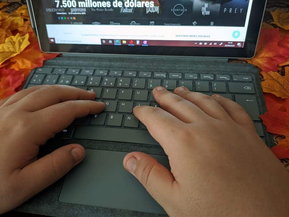 microsoft-surface-pro-7-ordenador-convertible-teclado-manos-escribiendo