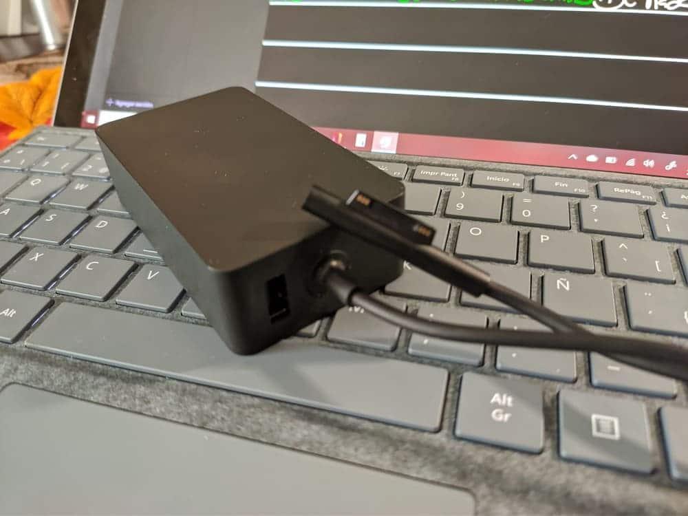 microsoft surface pro 7 ordenador convertible transformador cargador surface connect sobre teclado