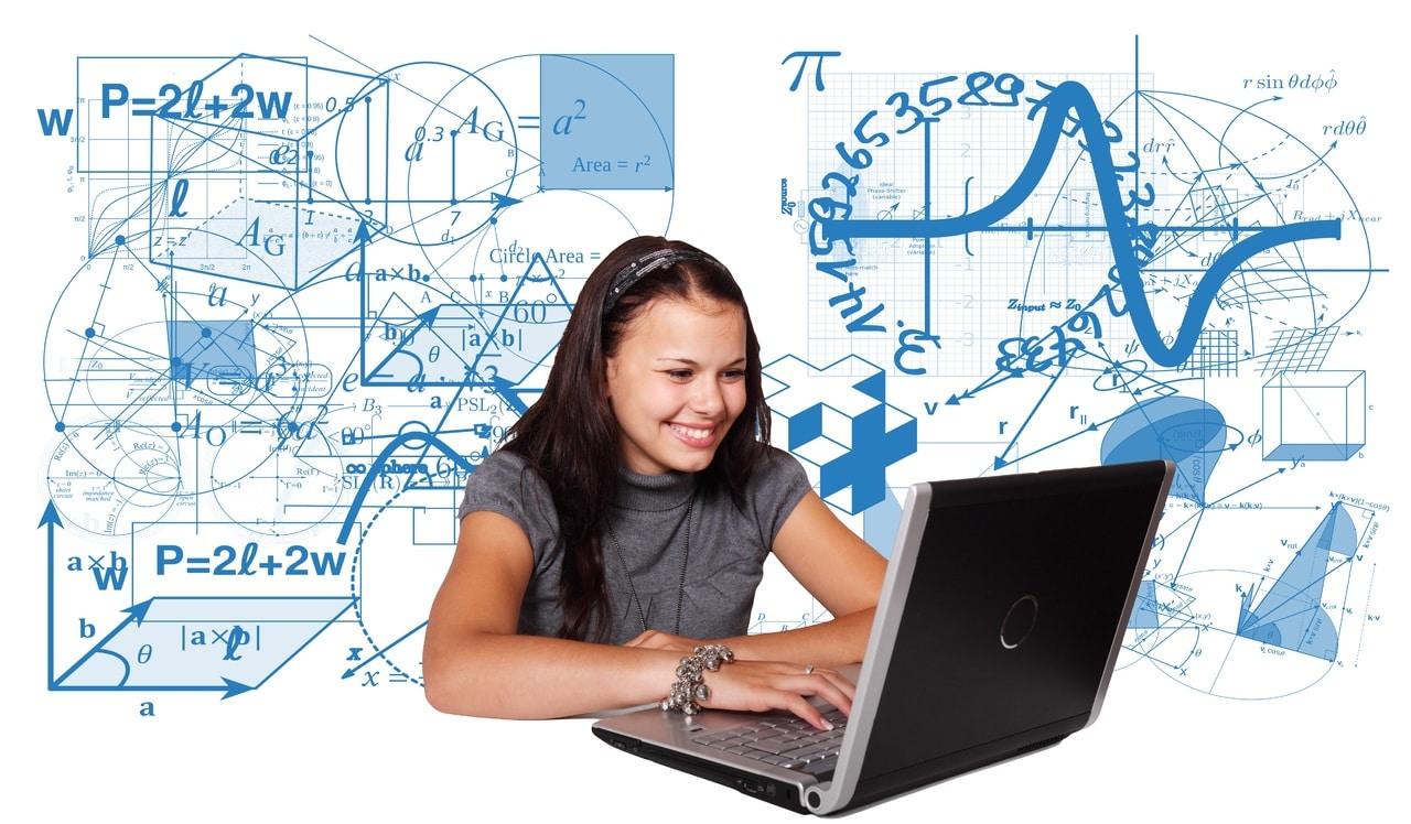 ordenador-portatil-escribiendo-pizarra-rotulador-chica-tecnologia