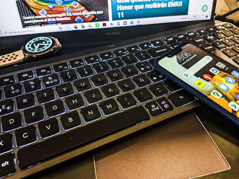 smartphone-teclado-logitech-mx-keys-smartwatch-ordenador-mucha-luz