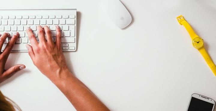 teclado-raton-inalambrico-reloj-smartphone-manos-trabajo-escribir-lugar-de-trabajo