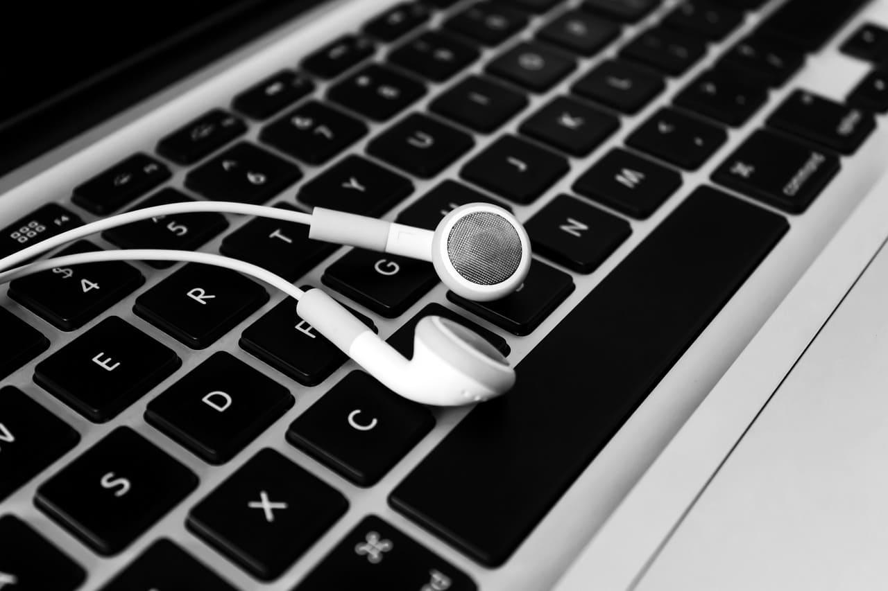 auriculares-boton-sobre-teclado-portatil