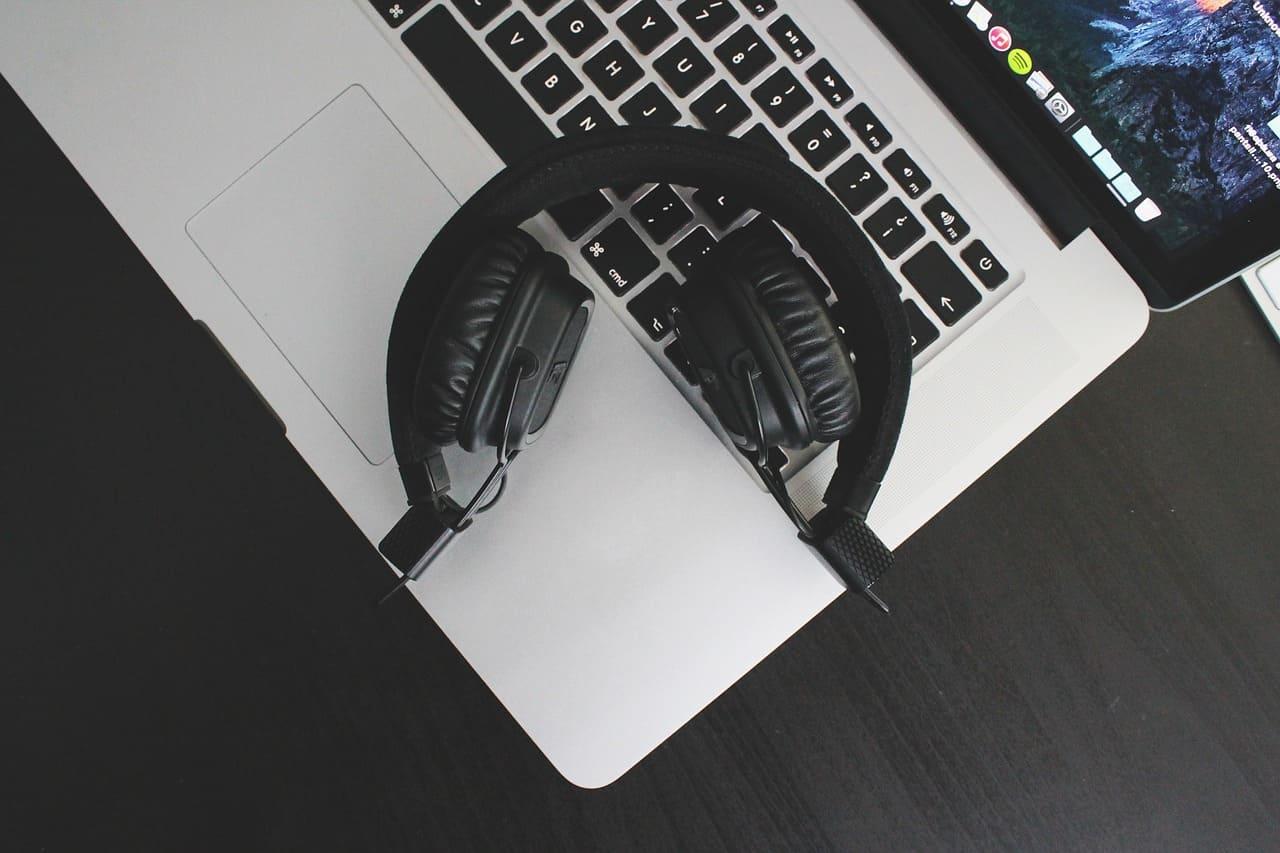 sonido-auriculares-sobre-mackbook