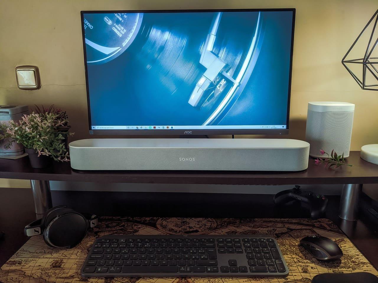barra-de-sonido-sonos-beam-escritorio-zona-de-trabajo-teclado-logitech-mx-keys-raton-mx-anywhere-2-monitor-aoc-u2790pqu-altavoz-inteligente-sonos-one-disco-vinilo