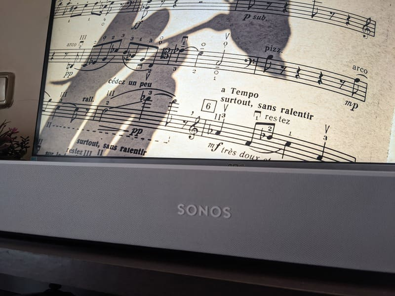 barra-de-sonido-sonos-beam-perspectiva-derecha-contrapicada