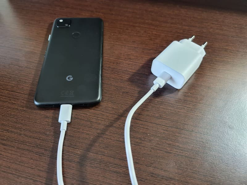 google-pixel-4a-cargador-cable-conectado