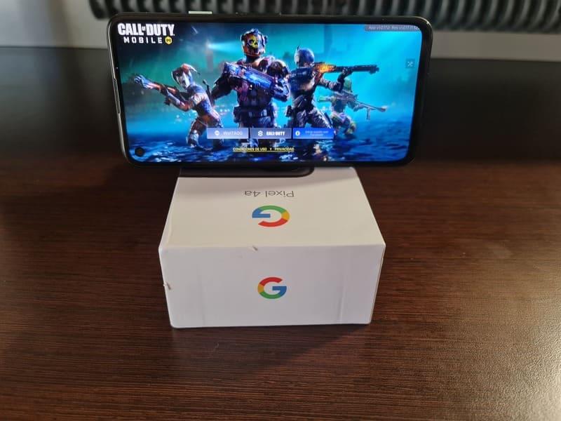 google-pixel-4a-jugando-sobre-caja
