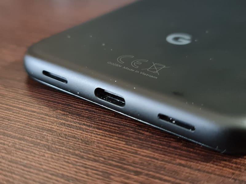 google-pixel-4a-perspectiva-inferior-puerto-usb-c-altavoz-microfono-logotipo