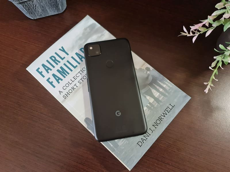 google-pixel-4a-sobre-libro-fairly-familiar-relatos-cortos