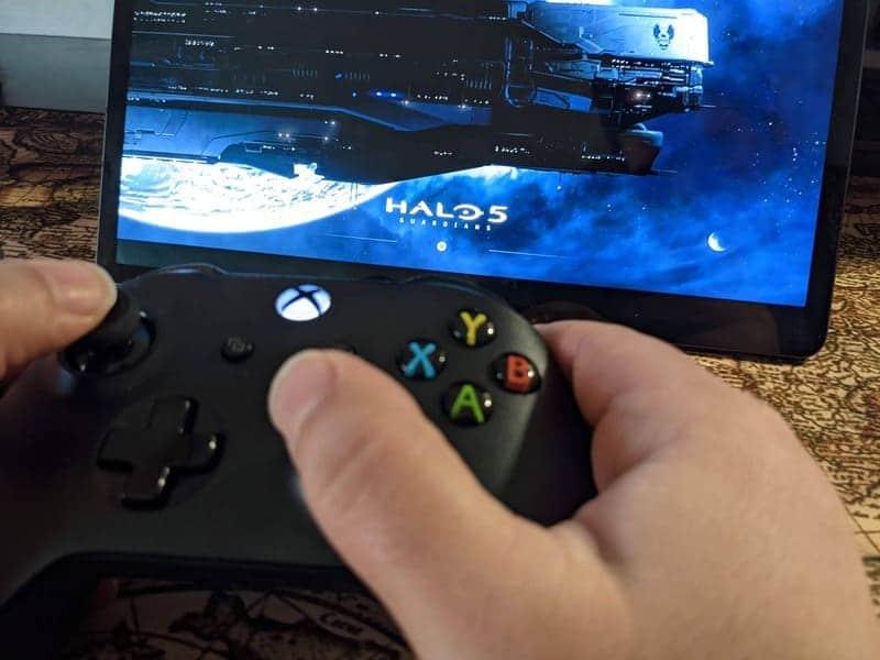 samsung-galaxy-tab-s7+-mando-xbox-game-pass-ultimate-halo-3-manos-jugando-primer-plano-enfoque