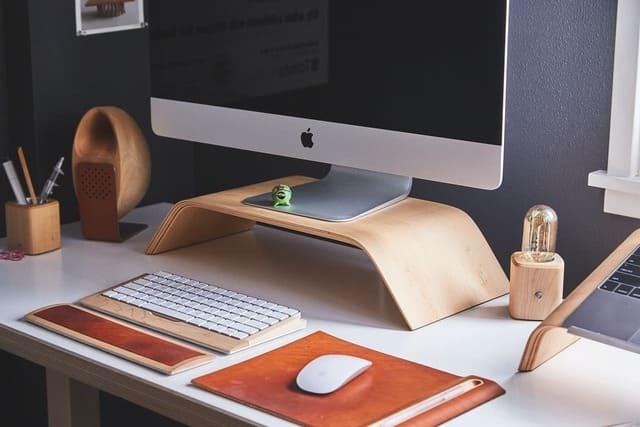 escritorio-con-mac-pantalla-apadaga