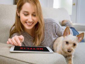 mujer-viendo-Netflix-con-perro