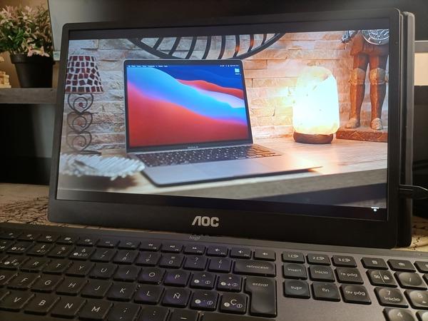 aoc-16t2-monitor-portatil-consumiendo-contenido-multimedia