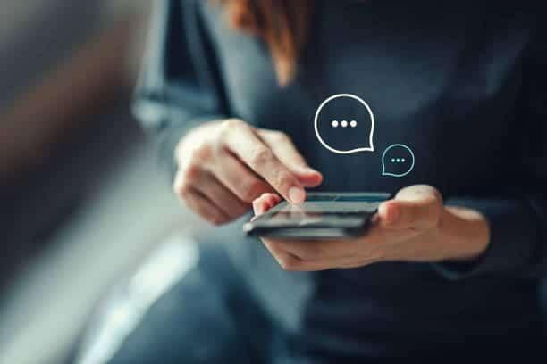chica-mirando-smartphone-redes-sociales
