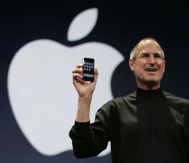 Steve-Jobs-primer-iPhone-junto-a-logo