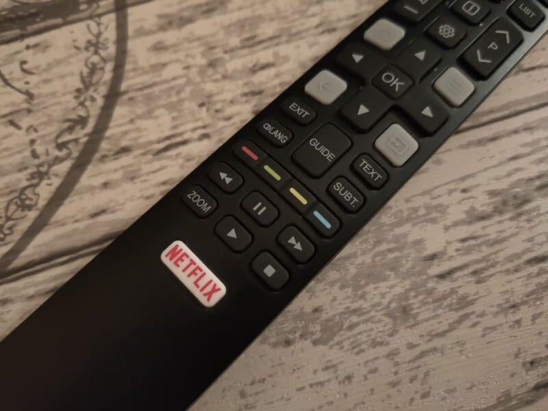 TCL-55C715-television-qled-barata-mando-a-distancia-control-remoto-primer-plano-boton-netflix