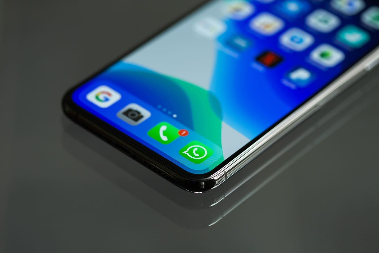 smartphone-con-icono-WhatsApp