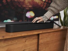 sonos-beam-barra-de-sonido-negra-utilizando-controles-tactiles